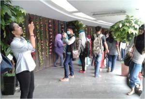 pejalan kaki antusias berfoto di koridor kota tua