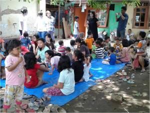 foto : duniabiza.com Keceriaan anak di pengungsian