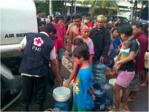 PMI DKI Jakarta menyalurkan air bersih sumber: PMI DKI Jakarta