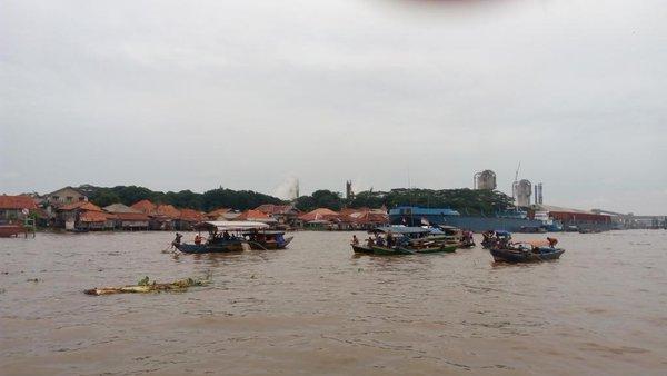 Aktivitas masyarakat di sungai Musi (sumber : @pesonaSriwijaya)