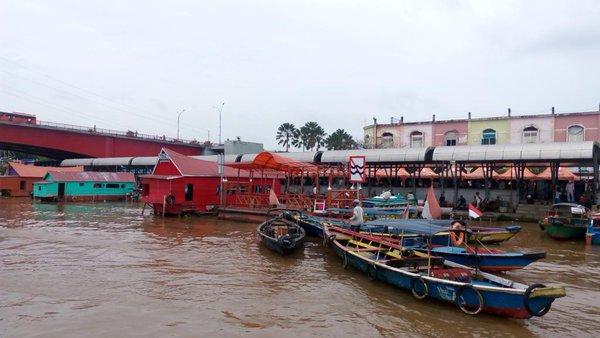 Warung Terapung di sekitar Jembatan Ampera (sumber : @WonderfulSriwijaya)