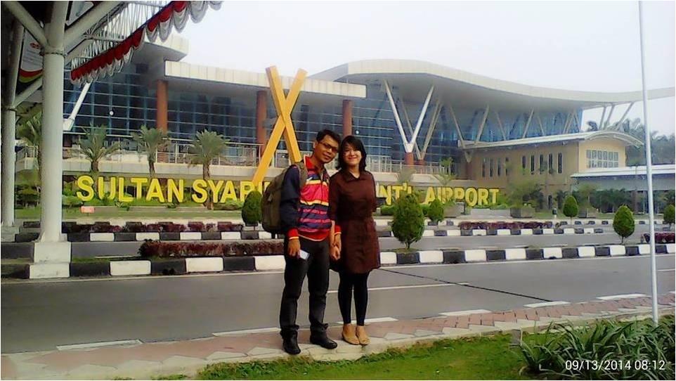 Mba Anita dan suami di bandara Pekanbaru