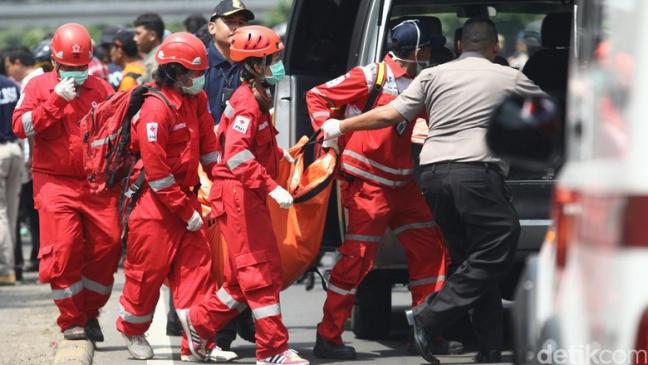 Aksi cepat tanggap PMI evakuasi korban bom Sarinah, Sumber foto : www.PMI.or.id