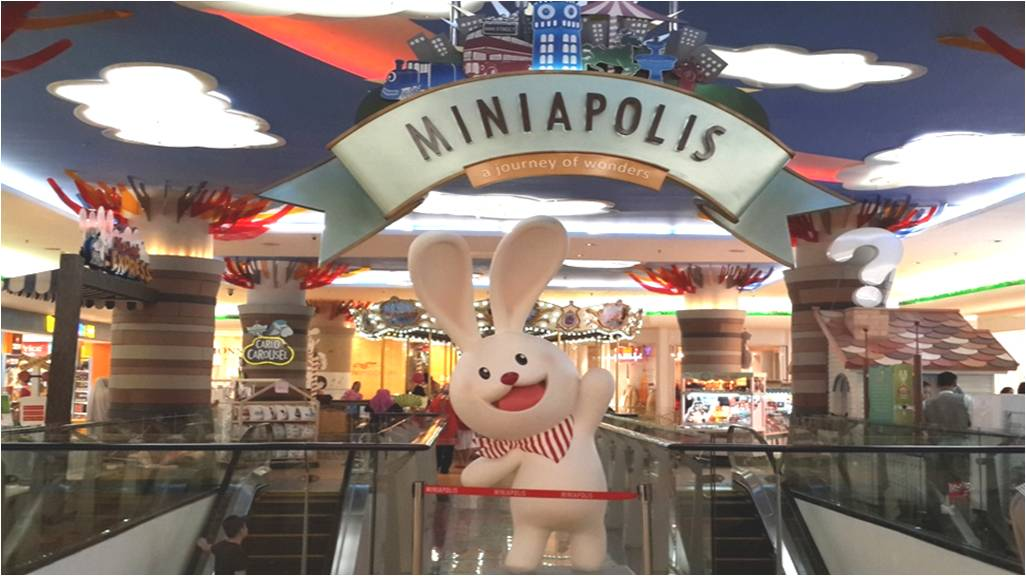 boneka kelinci maskot Miniapalis raksasa lanngsung menyambut