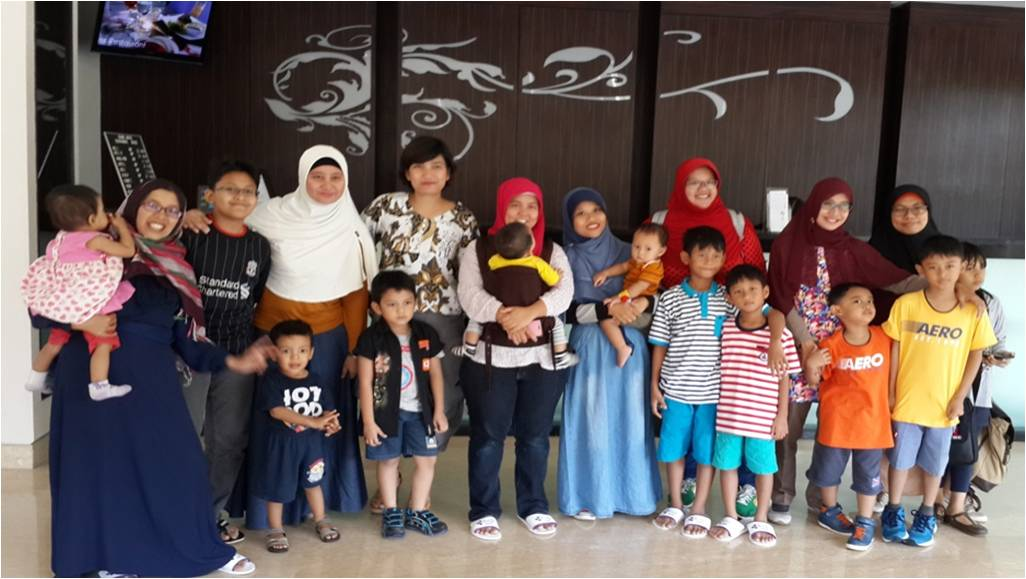 Foto bersama Blogger Moms ngeHits di ZenRooms Tandean
