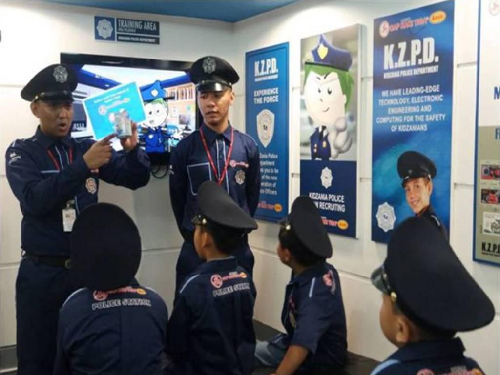 anak-anak berperan menjadi oolisi cilik di Police station Cap Kaki Tiga Anak