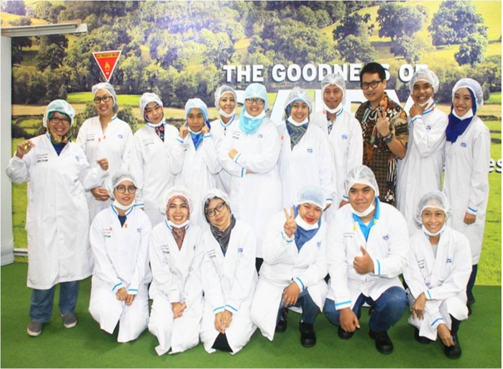 Pak Aroyono dan Blogger foto bersama sebelum Visit Factory