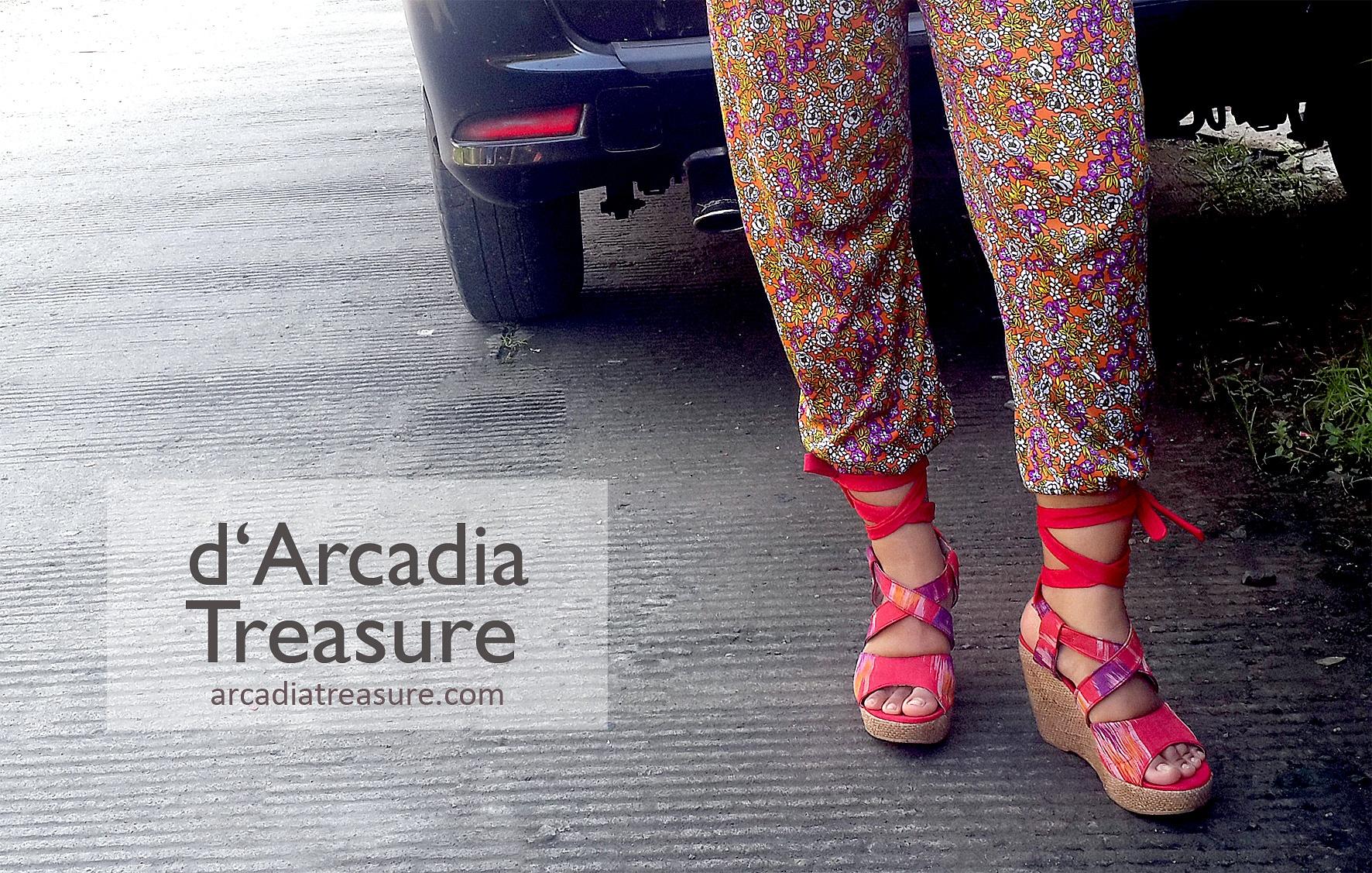 Tampil bergaya dengan Wedges Red Makassar dari D'Arcadia Treasure